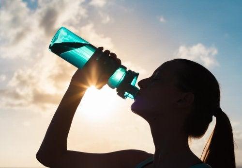 gesund Sport treiben und dabei viel Wasser trinken