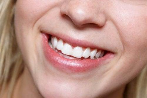 Naturjoghurt als Heilmittel für strahlend weiße Zähne