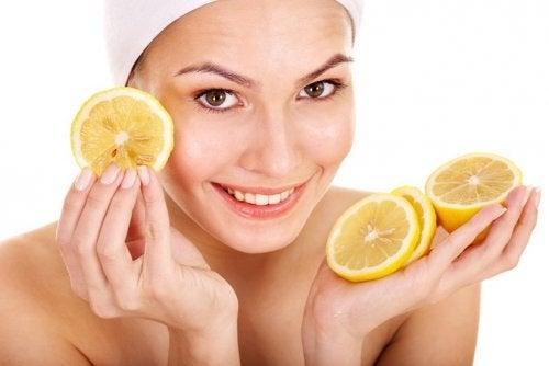 Zitronenmaske zum Aufhellen der Achseln