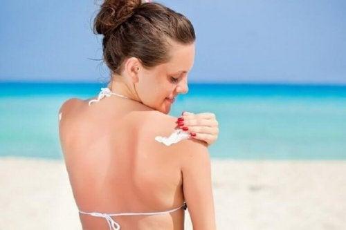 Durch Sonnenschutz kannst du Akne loswerden