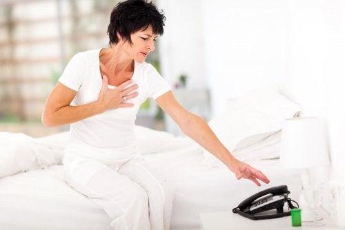 Kenne die Symptome eines Herzinfarkts: besser gewarnt sein