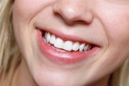 Softdrinks schädigen die Zähne