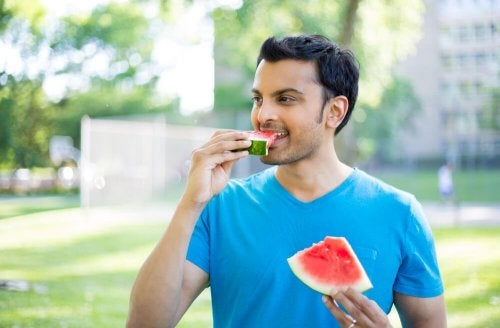 Immer gesunde Snacks bereit halten und langsamer kauen hilft beim Abnehmen ohne Diät.