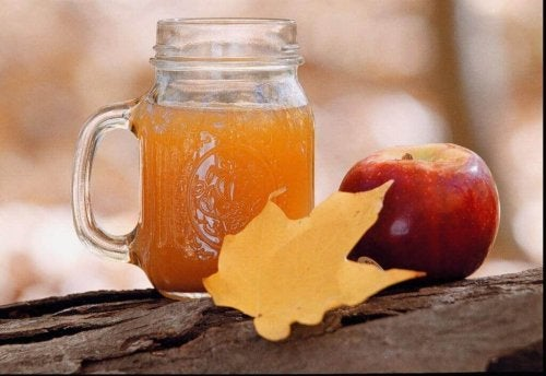 Zur Behandlung steifer Hände sind Apfel- und Salzbäder ratsam