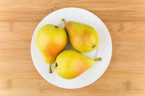 Drei Birnen auf einem Teller, als sichere Früchte für Babys.