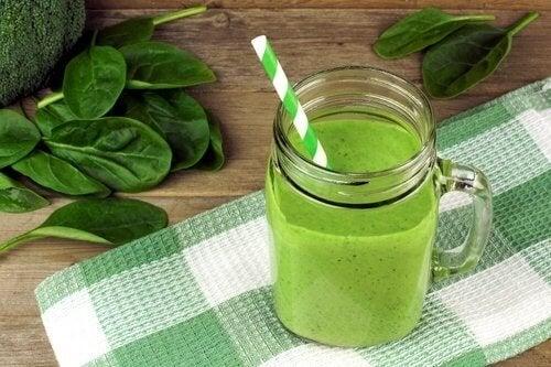 Wer grüne Smoothies trinkt erhält dadurcch mehr Kalzium