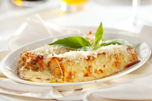 Cannelloni mit Gemüsefüllung mit Schinken und Käse