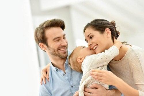 Eltern und ihr Baby - Körperkontakt