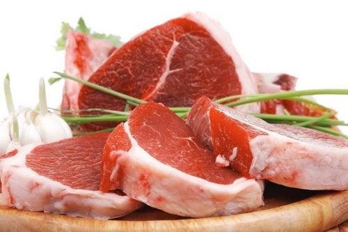 Aufeinander gestapeltes rotes Fleisch, was Verstopfung verursachen kann.