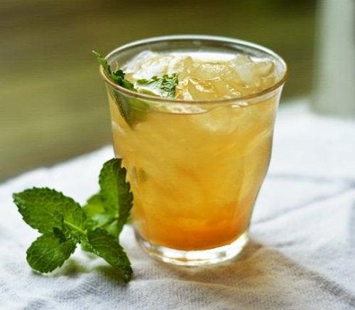 Wie du mit einem Getränk aus Ananas und grünem Tee Bauchfett verlierennnst