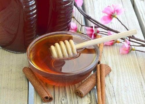 Ein Honig und Zimt Gemisch kann bei der Behandlung steifer Hände helfen