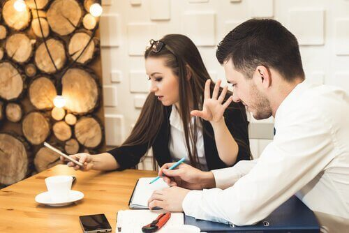 Eine Frau starrt ihr Handy an und winkt einen Mann ab, der ihre Hilfe braucht, während sie sich selbst belügt.