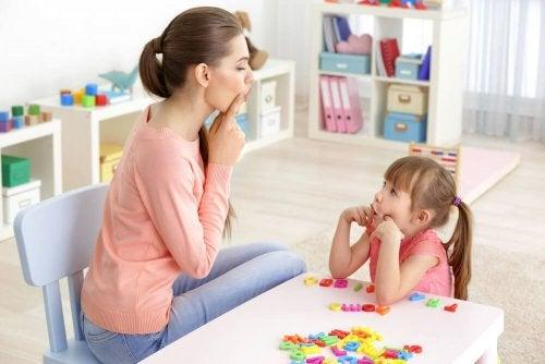 Kinder lernen spielend sprechen