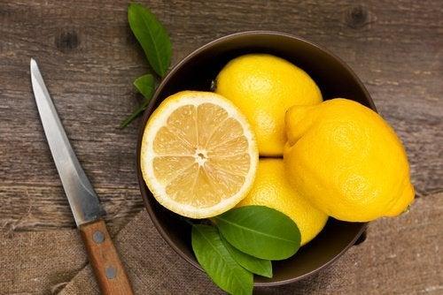 Zur Aufbesserung deiner Hände kannst du Zitronen verwenden