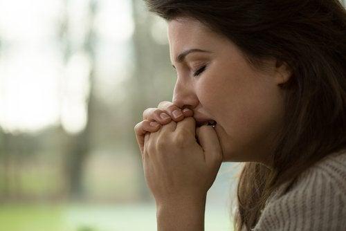Profilbild einer Frau, die gestresst ist, was Verstopfung verursacht.