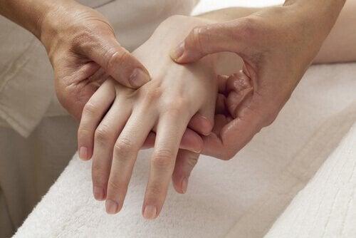 Ein Arzt untersucht die Hand eines Patienten.