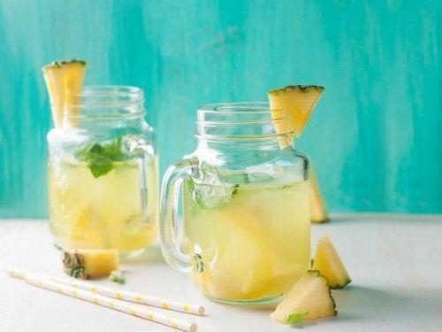 Viele Leute, die Ananaswasser trinken, stellen es selbst her