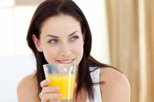 Menschen, die Ananaswasser trinken können damit ihren Durst stillen