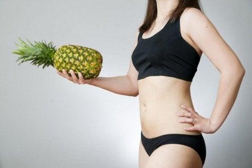 Leute, die Ananaswasser trinken steuern somit der Reinigung des Körpers bei