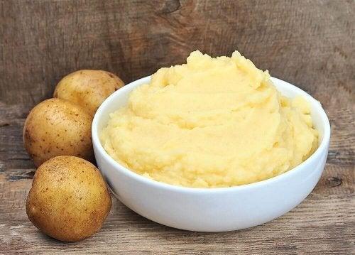 Zur Behandlung deiner Hände kannst du Kartoffeln mit Milch und Honig mischen