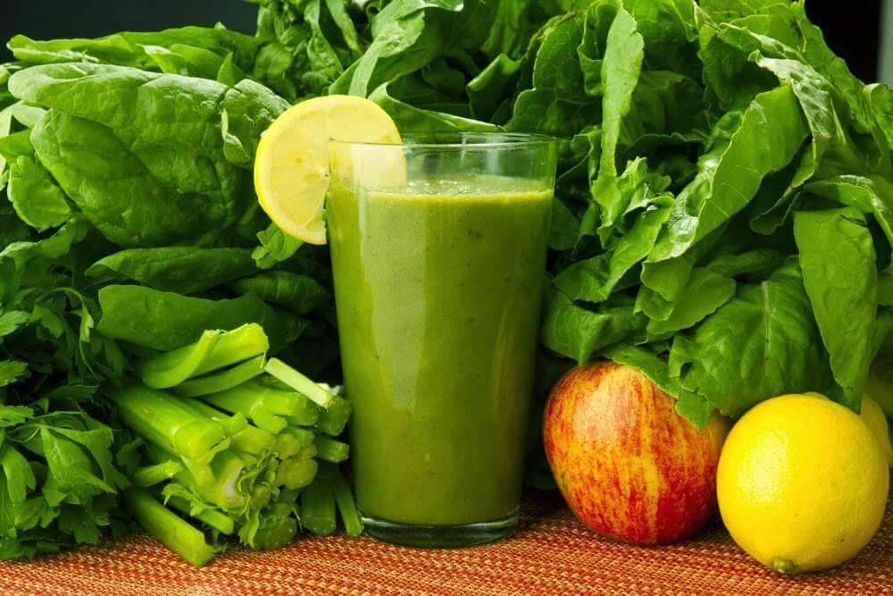 Spinat, Karotten und Zitrone: Heilgetränk zur Entgiftung