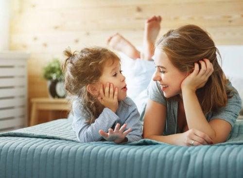 Gute Kommunikation und Vertrauen fördern den Spracherwerb bei Kindern