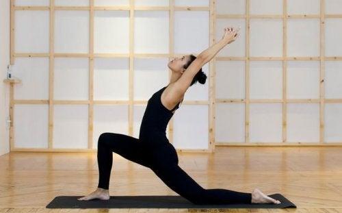Yoga-Übungen: Taube dehnt die Muskeln