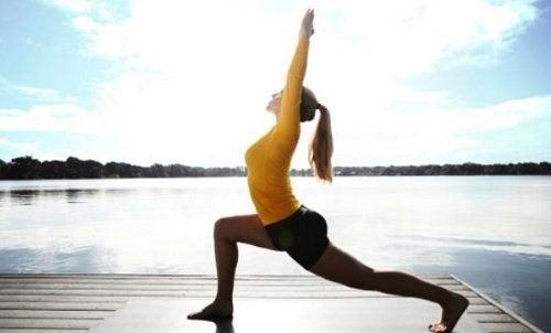 Yoga-Übungen am See