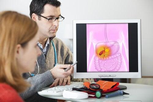 Arzt untersucht Morbus Crohn