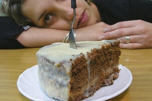 Frau vor einem Kuchen