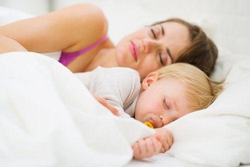 So lernt dein Baby durchschlafen