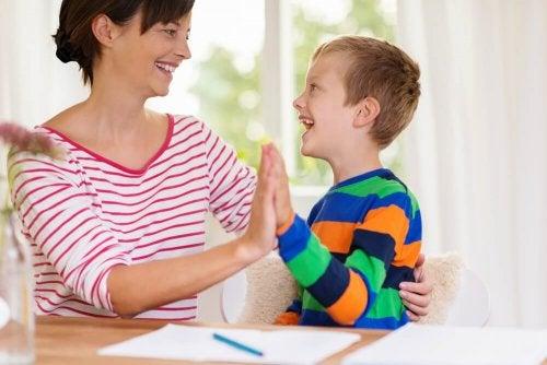 Kind hat keine Lust zum Küssen, begrüßt seine Mutter jedoch mit Handschlag