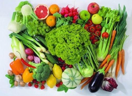 Obst und Gemüse um Wassereinlagerungen zu bekämpfen