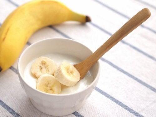 Aus Joghurt und Banane einen Smoothie gegen Müdigkeit herstellen