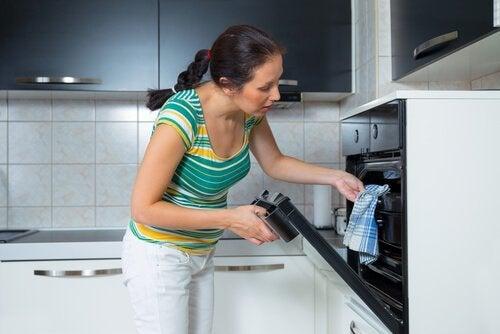 Frau macht Spinat-Käse-Dip im Ofen