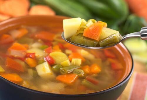 Ein Topf voller Gemüsesuppe.
