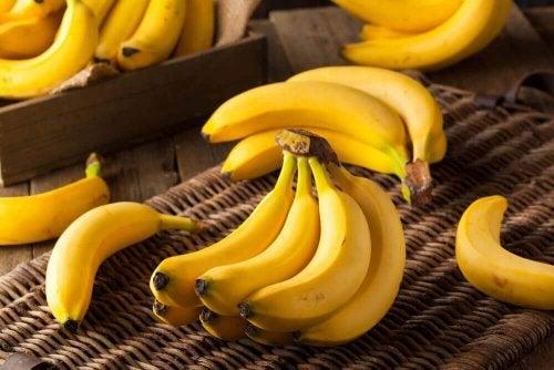 Zu gesunden Früchten zählen auch Bananen, die hier abgebildet sind.