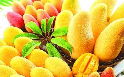Es sind viele Mangos in Körben aufgereiht, eine ist sogar aufgeschnitten.