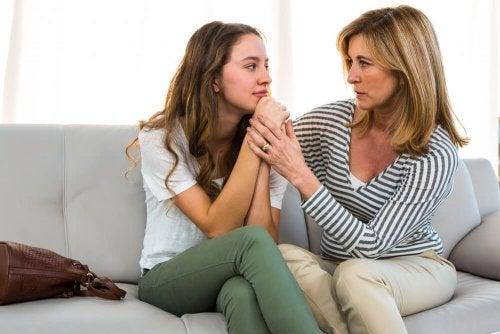 Mutter spricht mit ihrem Kind im Teenageralter