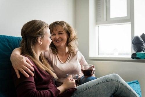 Mutter spricht mit ihrer Tochter im Teenageralter