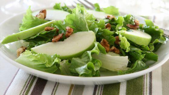 Leckerer Salat mit grünen Äpfeln und Sellerie