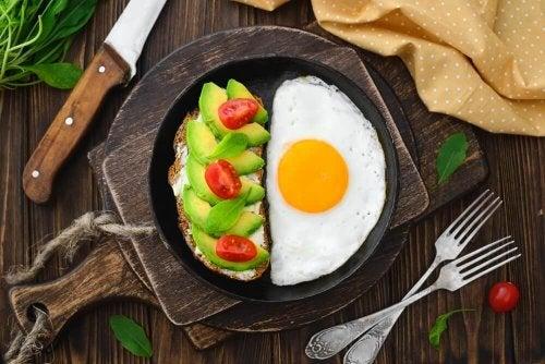 Eier sind gut mit Avocado zu kombinieren