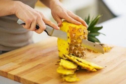 Ananas aufschneiden