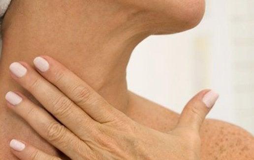 Horizontale Linen gehören zu den Symptomen des Alterns am Hals