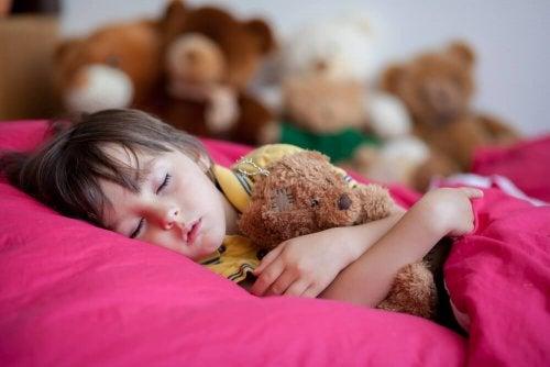 Kind leidet an Bettnässen