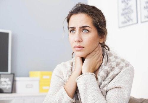 Weniger Elastizität gehört zu den Symptomen des Alterns am Hals