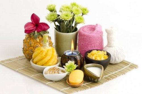 Auf einem Tisch sind Ananas, Kerzen und Blumen unter anderem augestellt.