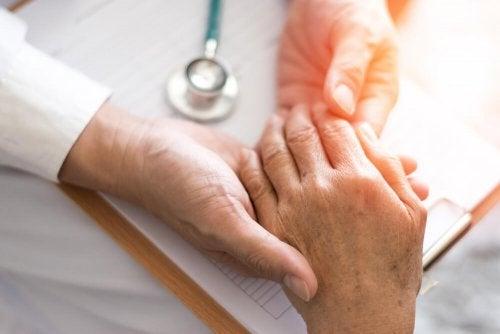 Arzt untersucht eine Hand