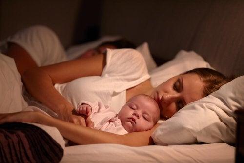 Baby schläft bei Mutter