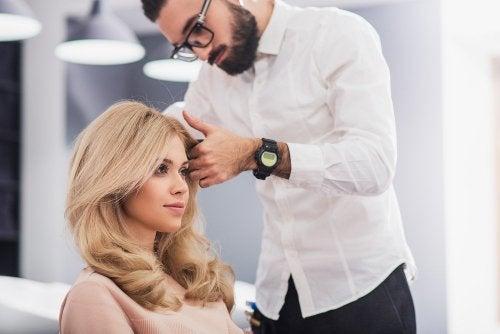 Frau bekommt neuen Haarschnitt